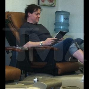 Brendan Fraser Gets Toe Up!