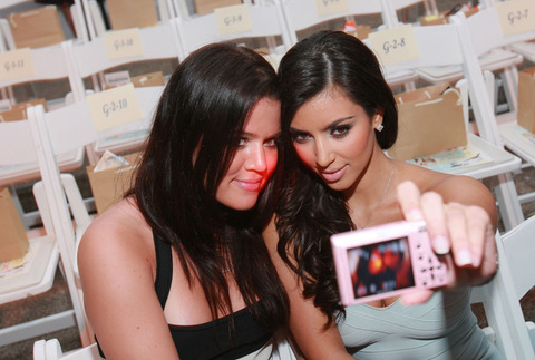 Khloe and her sister Kim Kardashian snapped a cute photo together!