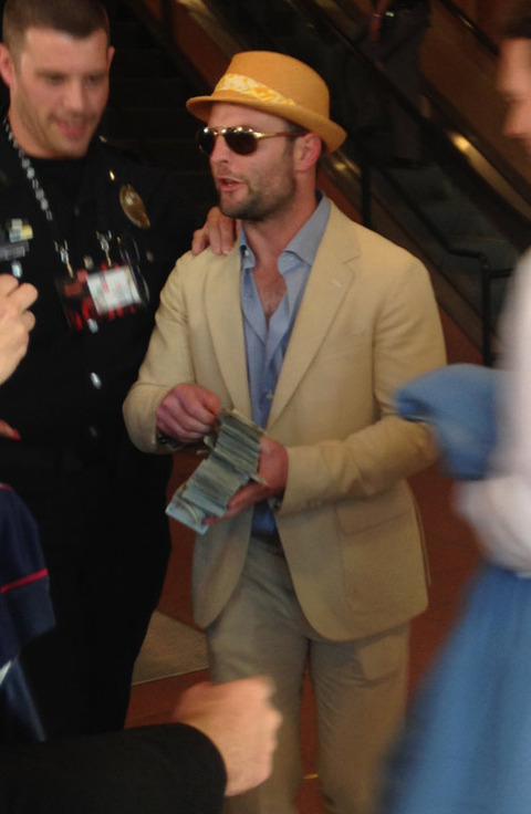 <strong>Wes Welker</strong><span>channeled his inner Lloyd Christmas at Churchill Downs -- passing out $100 bills to strangers after winning THOUSANDS of dollars on the Kentucky Derby.</span>