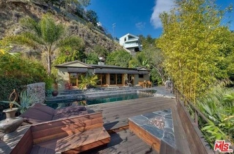"<p><a href=""http://www.tmz.com/person/johnny-galecki/"" target=""_blank""><strong>Johnny Galecki</strong></a> just scored a bundle in the sale of his Hollywood Hills home after a dozen people did battle in an epic bidding war.</p> <p>Galecki's home was listed for $1.995 million, but our sources say it sold for $2.5 mil when offer after offer poured in. Johnny's mega-realtor <strong>Brett Lawyer</strong> from Hilton & Hyland fielded the offers on his behalf.</p>"
