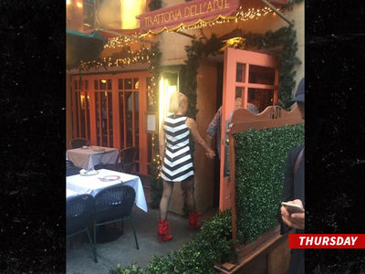 Gwen Stefani & Blake Shelton -- Scene From An Italian Restaurant (PHOTO)