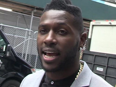 Antonio Brown Cuts $100k Check to Children's Hospital (PHOTO)