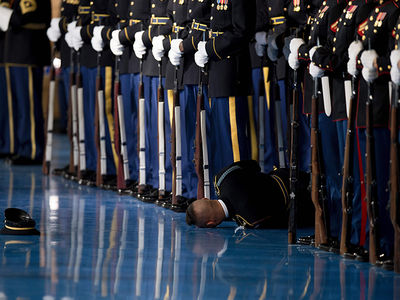 President Obama's Honor Guard Passes Out During Farewell Ceremony  (PHOTO)