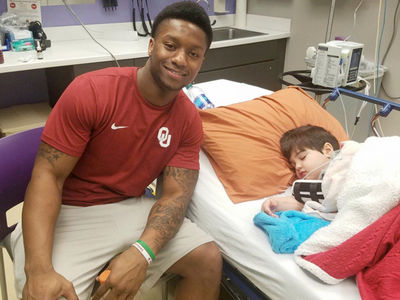 Joe Mixon Visits Hospitalized 5-Year-Old Sooner Fan (PHOTO GALLERY)