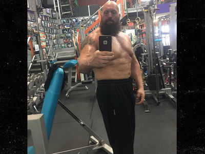 Big Show Mocks Shaq with Topless Sweaty Selfie (PHOTO)