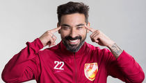 Soccer Star Ezequiel Lavezzi Strikes Racist Pose for Chinese Team Photo Shoot (PHOTO)