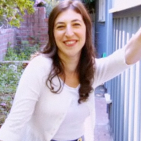 Mayim Bialik is a made-over mother and looks like a shining star!