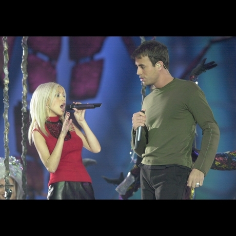 In 2000, Christina Aguilera and Enrique Iglesias took the stage to belt it out!