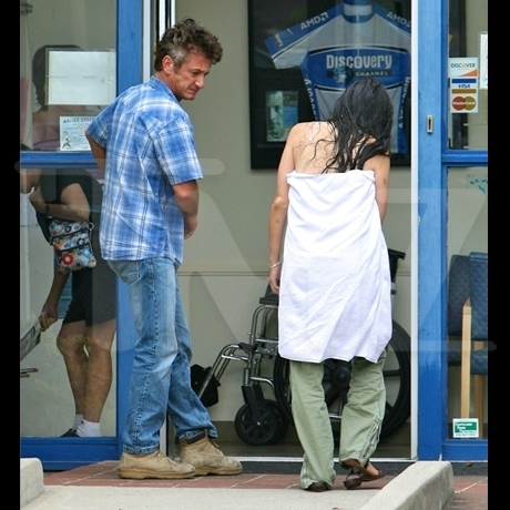 Sean Penn -- Assistant Injures Herself in Shower Slip and Fall Photo gallery
