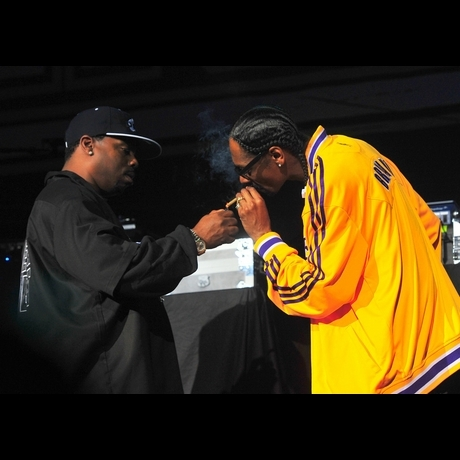 Snoop Dogg Smoking On Stage Pictures Gallery