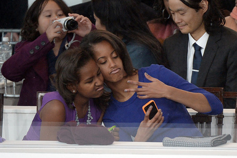 Sisters Sasha and Malia Obama took a silly photo!