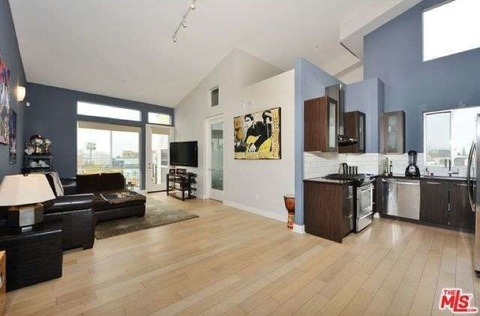 3 bedroom3 bathrooms2-story,  1,410 st ft penthouse loftPrivate patio with views of Los Angeles