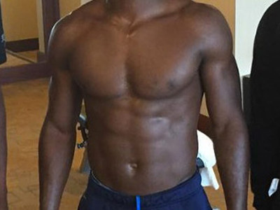 Guess Whose Sexy Six-Pack -- See The Receiver's Ridiculous Abs