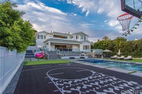 <p>*DOPE MANSION ALERT* ... courtesy of NBA superstarDeAndre Jordan-- who's selling his massive Pacific Palisades estate which comes with a basketball court and indoor, outdoor hot tubs!</p> <p>The place is awesome ... 7 bedrooms, 10 bathrooms ... with killer views of the ocean AND the city.</p>