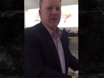 Sean Spicer Confronted in Apple Store ... 'Fascist, Treason' (VIDEO)