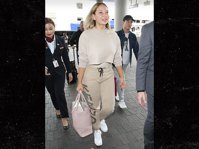 Sia is Showing Off These Days ... Her Face!!! (PHOTO)