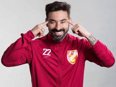 Soccer Star Ezequiel Lavezzi Strikes Racist Pose for Chinese Team Photo Shoot (PHOTO)