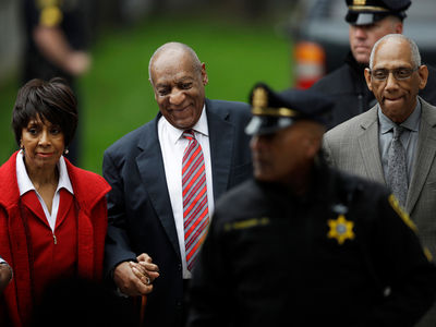 Bill Cosby Enters Court with Former Co-Star Sheila Frazier For Day 3 of Trial (PHOTO)