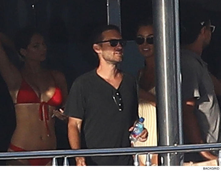 Best Island Beaches For Partying Mykonos St Barts: Leonardo DiCaprio & Tobey Maguire Cruising With Hot Chicks