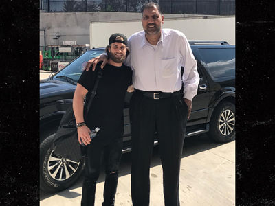 Bryce Harper Gets Uber Ride from 8-Foot GIANT