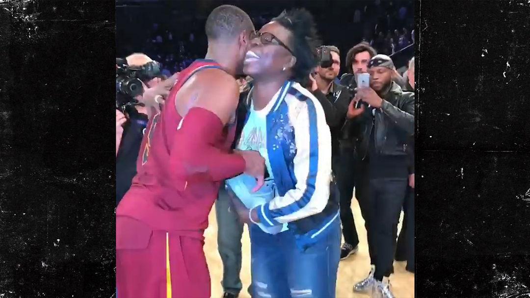 Snl Star Leslie Jones Gets Hilarious Shoe Proposal From Dwyane Wade