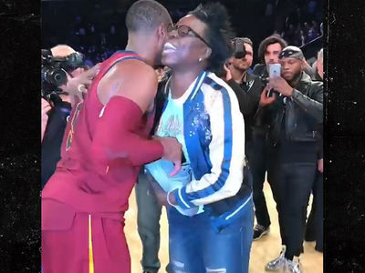 'SNL' Star Leslie Jones Gets Hilarious Shoe Proposal from Dwyane Wade