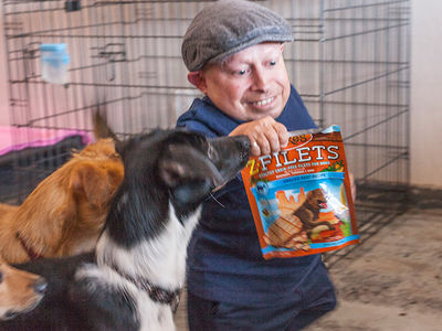 Verne Troyer Volunteers at Animal Shelter