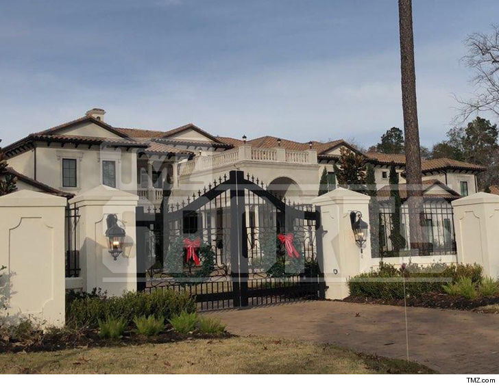 Lookin' for a place to pee? Try Chris Paul's brand new Houston-area mansion ... 'cause the dude has enough bathrooms to handle a small army!!!