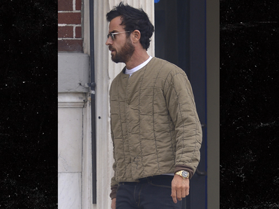 Justin Theroux Strolls Without a Wedding Ring in NYC