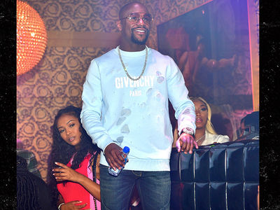 Floyd Mayweather All Smiles at ATL Club Before Shooting