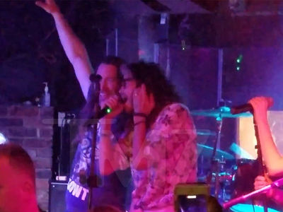 Steven Tyler Walks Into New Orleans Bar & Jams Out to 'Walk This Way'