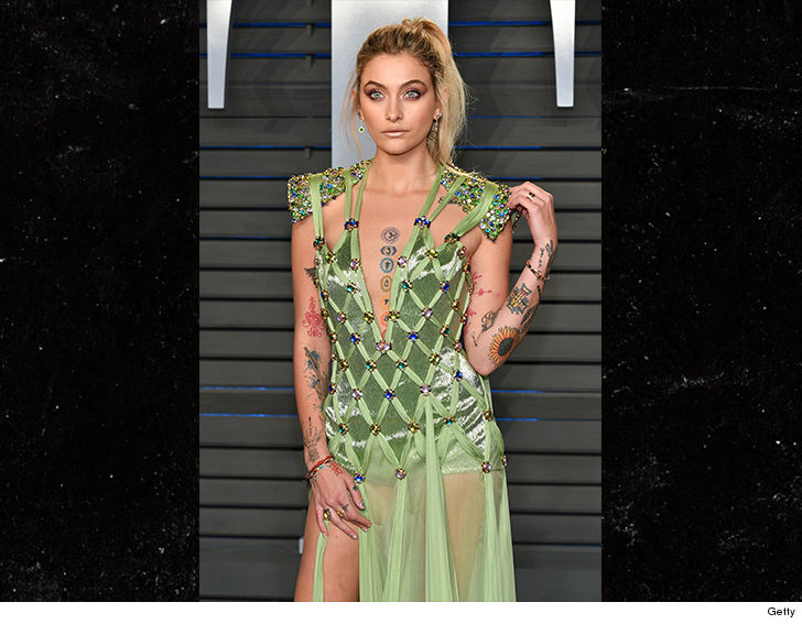 Paris Jackson didn't look like herself as she took a smoke break -- turns out ... it's because she's hiding something.