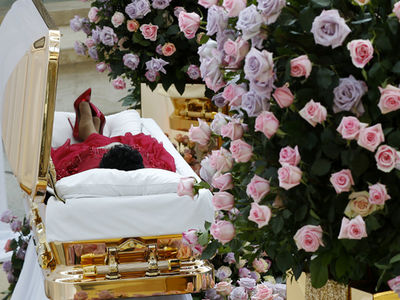 Aretha Franklin's Casket Arrives for Public Viewing With Huge Crowds