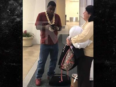 Tracy Morgan Rocks Out to Boombox Music at Orlando Airport