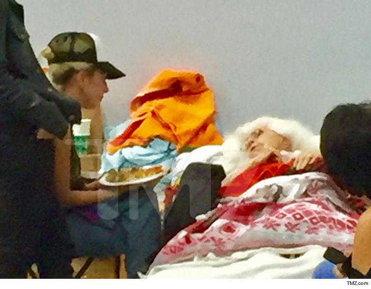 """Lady Gaga se voluntaria em abrigo de Malibu: """"Vamos manter a fé, juntos"""""""