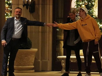 Justin Bieber Serenades Hailey and Random Guy with 'Sexual Healing'