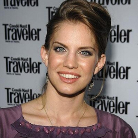 The star was spotted at an event in NYC on, looking like a young Kristen Johnston!