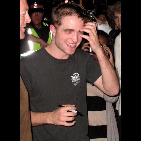 Robert Pattinson's New Haircut -- Zoom View!